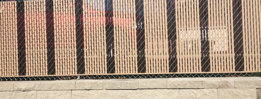 GALVANIZED CHAIN LINK WITH ALTERNATING COLORED PRIVACY SLATS